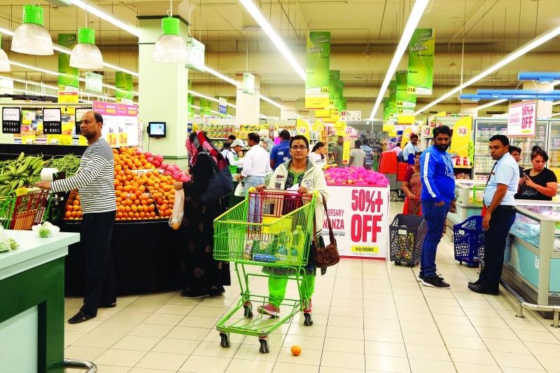 مستهلكون يتخوفون من زيادة الأسعار مع تطبيق«المضافة».. و«الاقتصاد» تتوعد المخالفين