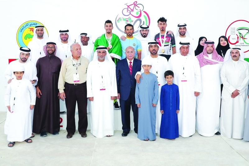 ■ أسرة الدراجات العربية والإماراتية مع أبطال اليوم الختامي  |  البيان