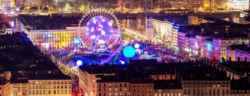 ■ حشود وأضواء في لقطة بانورامية لمهرجان مدينة ليون