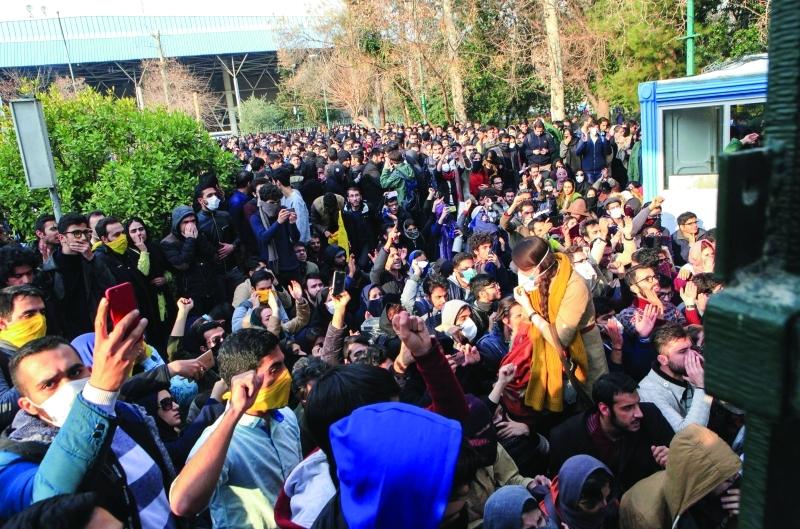 الصورة : ■ تجمع طلابي حاشد في جامعة طهران احتجاجاً على سياسات النظام الإيراني  |  أ.ف.ب