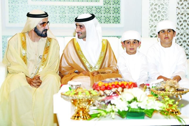 الصورة : محمد بن راشد في حديث مع العريس سهيل آل مكتوم بحضور محمد وحمدان بن منصور بن زايد