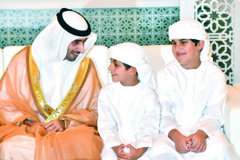الصورة : العريس سهيل آل مكتوم في حديث مع محمد وحمدان بن منصور