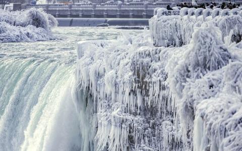 الصورة: الجليد يغطي شلالات نياغارا في مشهد خلاب