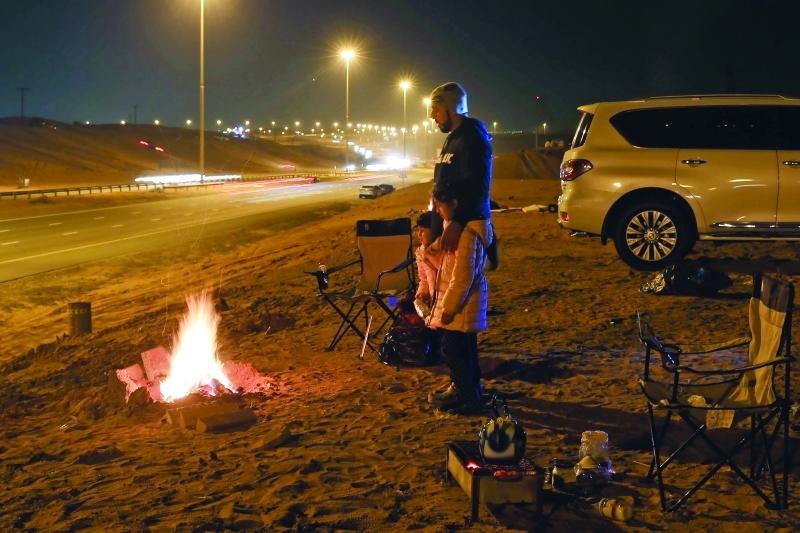 الصورة : جمال الطقس والرمال يجذبان الشباب والأسر للتخييم |  تصوير: إبراهيم صادق