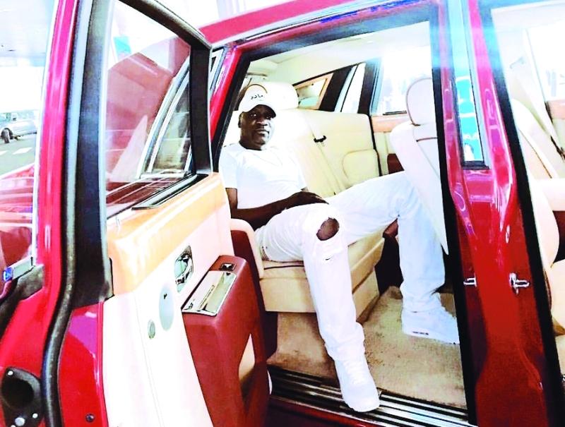 الصورة : ■ إيكون في سيارته الفارهة بدبي  |  من المصدر