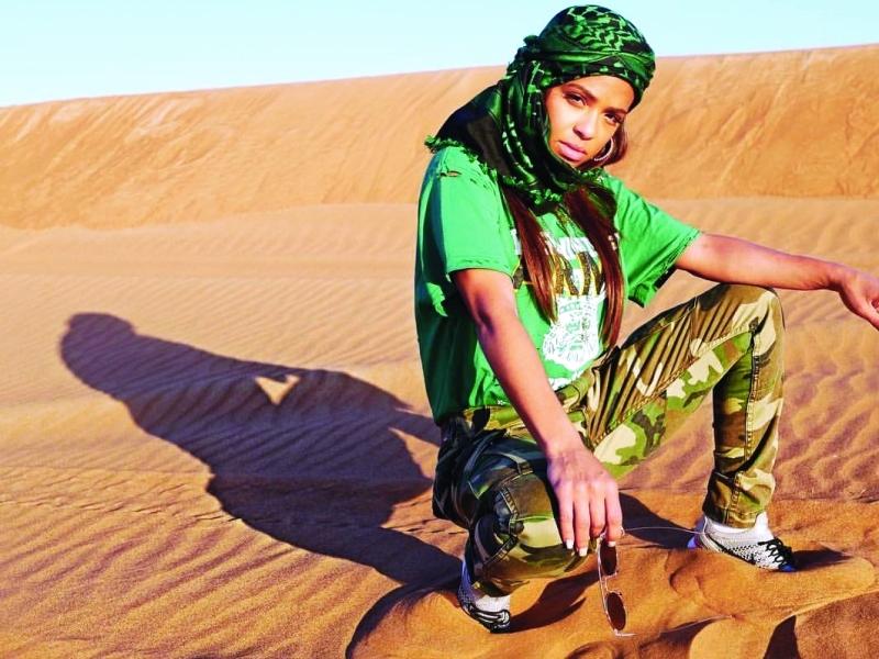 ■ كريستينا ميليان في إحدى مناطق دبي الصحراوية