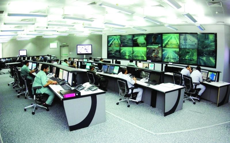 الصورة : غرفة العمليات المركزية بشرطة أبوظبي خلال تلقي المكالمات   من المصدر