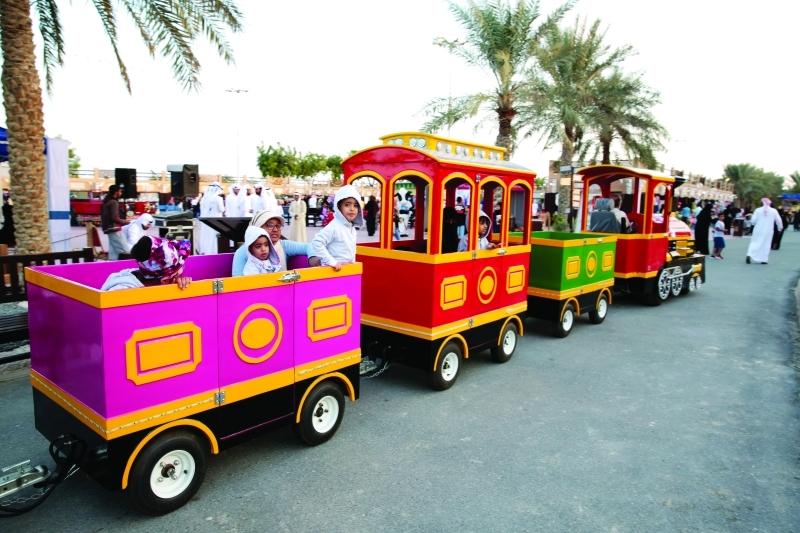 الصورة : ■ قطار الأطفال يطوف منطقة الملتقى