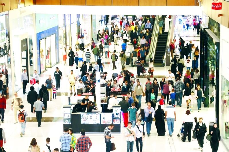 الصورة : مراكز التسوق تشهد إقبالاً كبيراً من الزوار خلال المهرجان  |   البيان