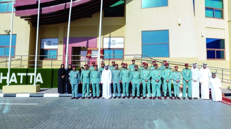 الصورة : حمدان بن محمد في صورة جماعية مع موظفي مركز إدارة مراقبة الجوازات في منفذ حتّا البري