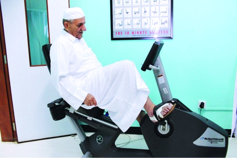 مسنّ يمارس العلاج الطبيعي