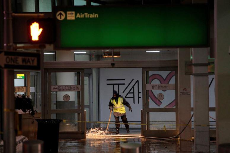 كسر بخط مياه في مطار جون كنيدي بنيويورك يزيد معاناة المسافرين