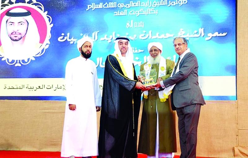 الصورة : نيابة عن حمدان بن زايد تسلم حمدان المزروعي الجائزة    وام