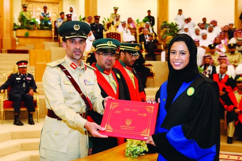 الصورة : قائد عام شرطة دبي مكرماً إحدى الخريجات    من المصدر