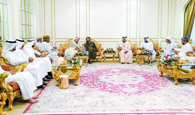 الصورة : محمد بن راشد خلال زيارته أحمد السويدي بحضور طحنون بن محمد | تصوير: خليفة اليوسف