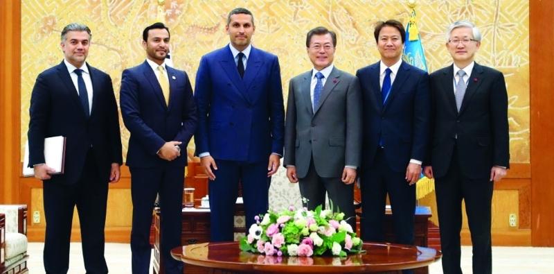 الصورة : رئيس كوريا الجنوبية وخلدون المبارك خلال اللقاء  |  وام