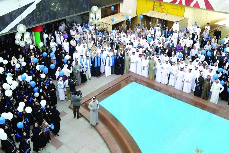 الصورة : موظفو ومسؤولو البلدية خلال الاحتفال