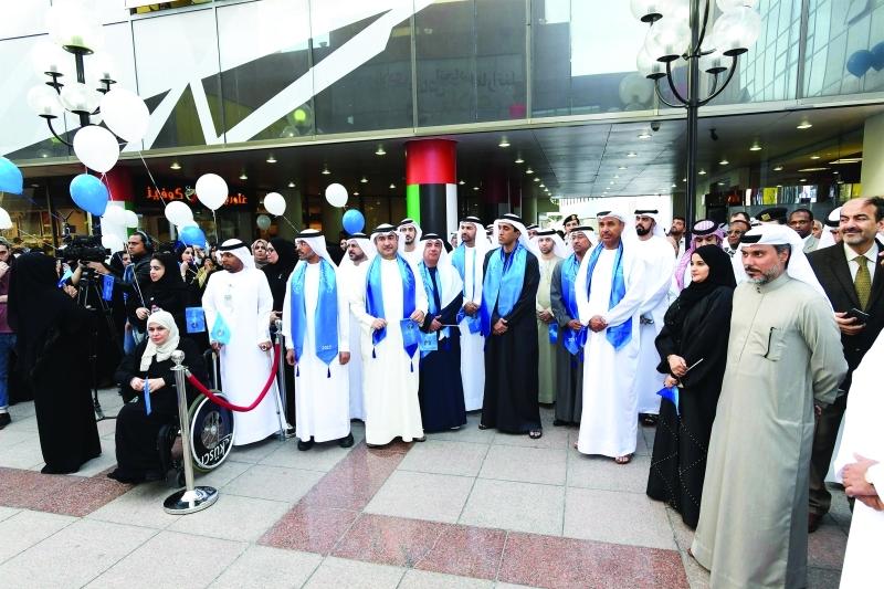الصورة : حسين لوتاه وعبد الله البسطي وموظفو بلدية دبي خلال الاحتفال