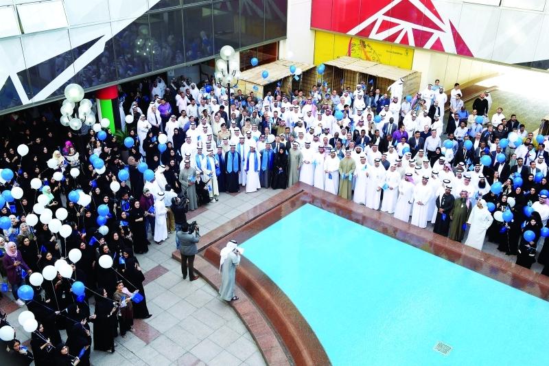الصورة : مسؤولو وموظفو بلدية دبي خلال الاحتفال برفع راية حمدان بن محمد |  من المصدر
