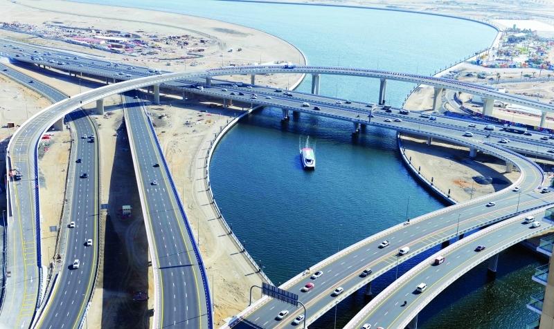 الصورة : ■ وضع التشطيبات النهائية على الجسر تمهيداً للافتتاح     من المصدر