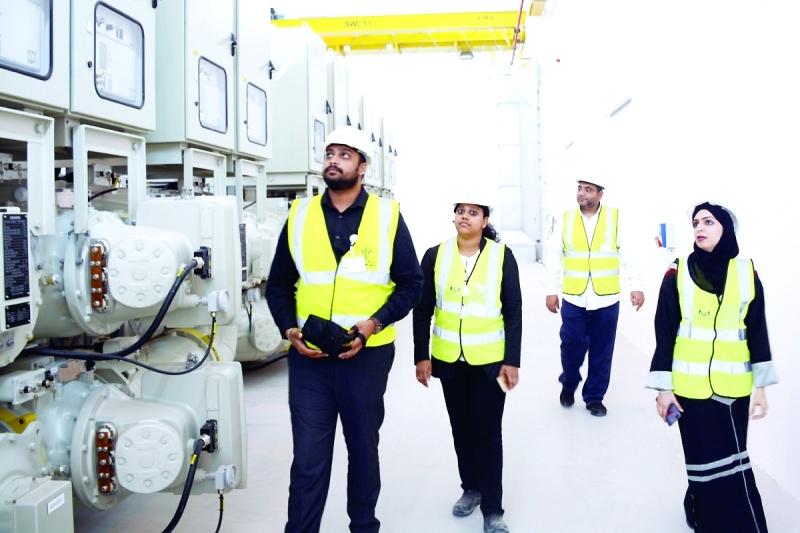 الصورة : مهندسة تتابع عن كثب مشاريع هيئة كهرباء ومياه الشارقة