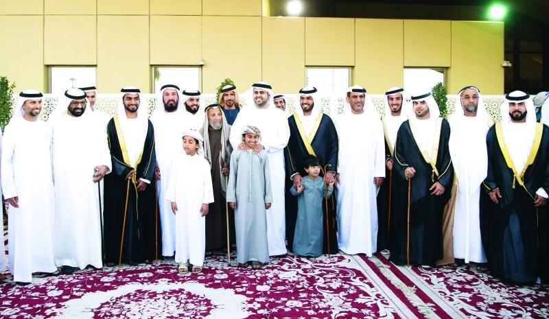 الصورة : ذياب بن محمد بن زايد متوسطاً العرسان بحضور سهيل المزروعي