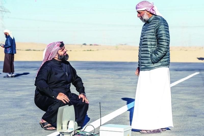الصورة : Ⅶ محمد بن عبد الله يتابع اجهزة الرصد الإلكترونية عند خط البداية