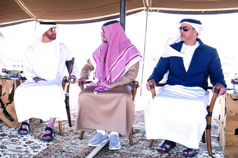 الصورة : محمد بن زايد في حديث مع عبد العزيز بن سعود بحضور سيف بن زايد