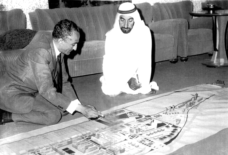 الصورة : ■ المغفور له الشيخ زايد يستمع لشرح من عبدالرحمن مخلوف بشأن خطط تحديث أبوظبي   أرشيفية