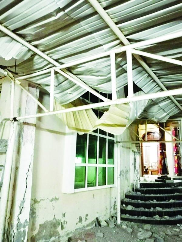الصورة : ■ من آثار سقوط السقف     من المصدر
