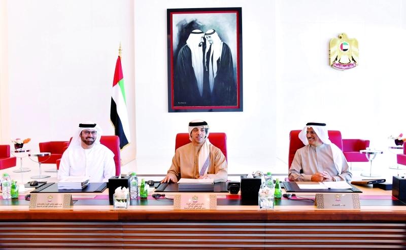 الصورة : منصور بن زايد متوسّطاً محمد القرقاوي وسلطان المنصوري