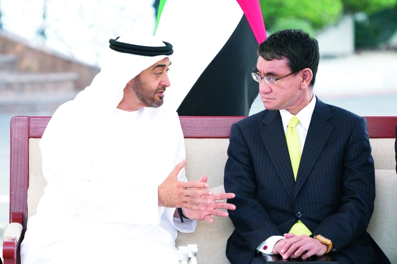 الصورة : محمد بن زايد في حديث مع وزير الخارجية الياباني  |  تصوير: محمد الحمادي