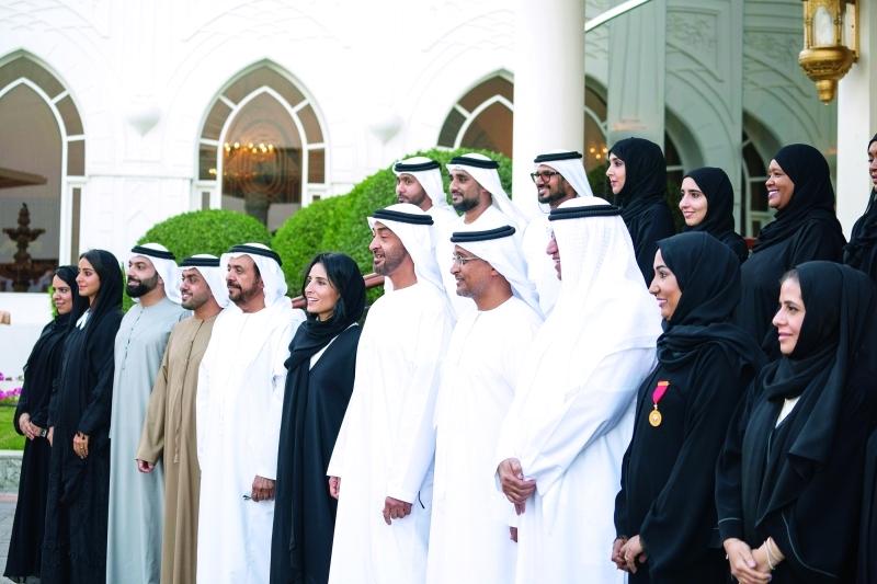 الصورة : محمد بن زايد متوسطاً أعضاء هيئة البيئة في أبوظبي