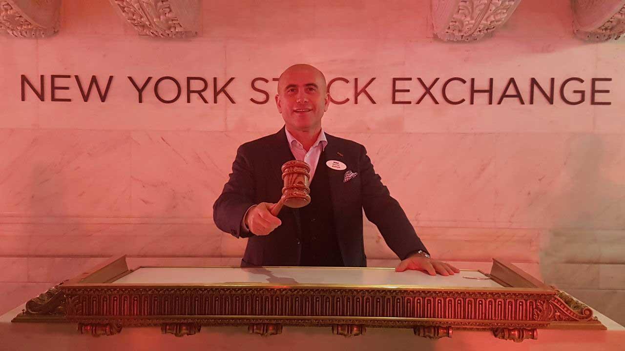الصورة : الرئيس العالمي نضال ابو لطيف يحمل مطرقة تدوال الاسهم في بورصة نيويورك للتداولات (عدسة البيان)