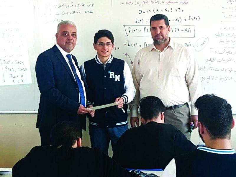 الصورة : خلال تسليم الطلبة نتائج الفصل الأول  |   البيان