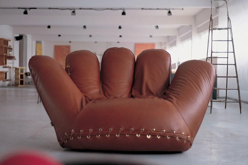 """الصورة : الكرسي القديم الذي استلهم منه تصميم """"كرسي الفرح"""""""