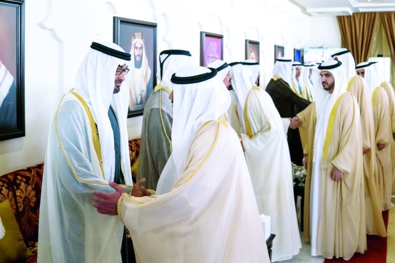 محمد بن زايد مصافحاً العرسان