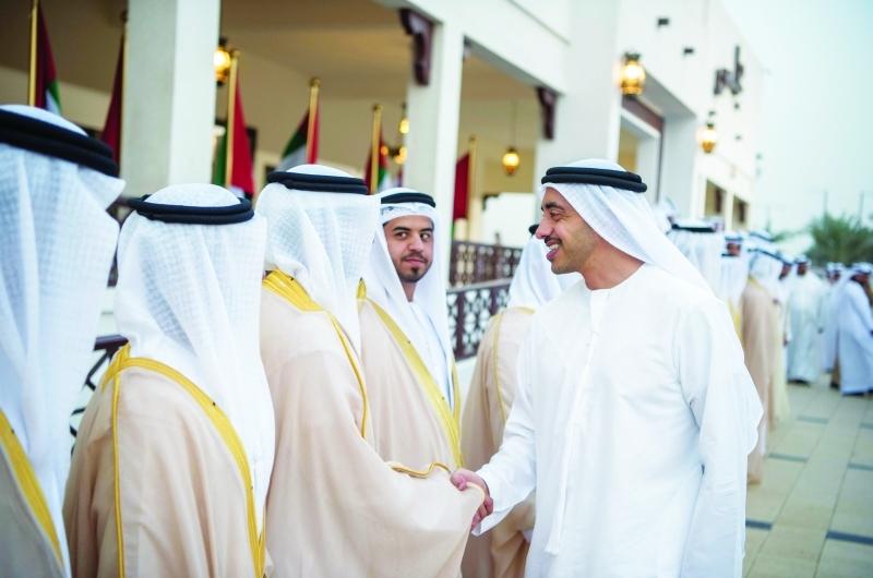 عبدالله بن زايد مهنئاً العرسان