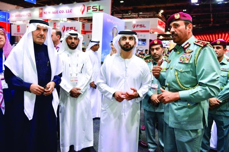 منصور بن محمد يستمع إلى شرح من راشد المطروشي خلال زيارة منصة الدفاع المدني  |  من المصدر