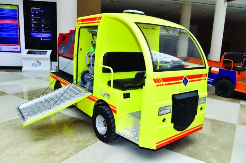 سيارة الإطفاء الكهربائية المشتركة بين «مدني دبي» ومركز دبي التجاري