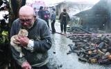 الصورة: لحظة مؤلمة لخروج مسن من حريق مأساوي مع قطته