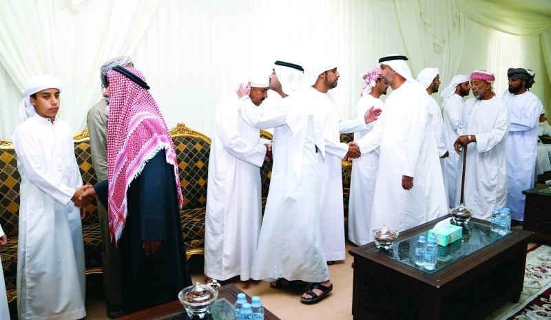 الجموع تعم بيت العزاء    تصوير: زيشان احمد