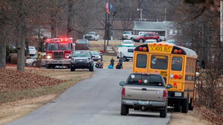 طالب يطلق النار  في مدرسته فيقتل ويصيب 19 شخصا