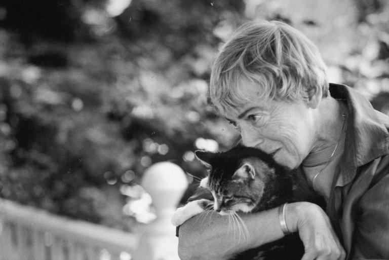 وفاة كاتبة روايات الخيال العلمي أورسولا لي جوين