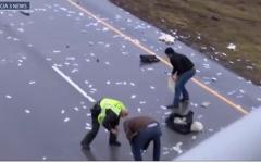 """الصورة: """"السماء"""" تمطر آلاف الدولارات على طريق عام"""