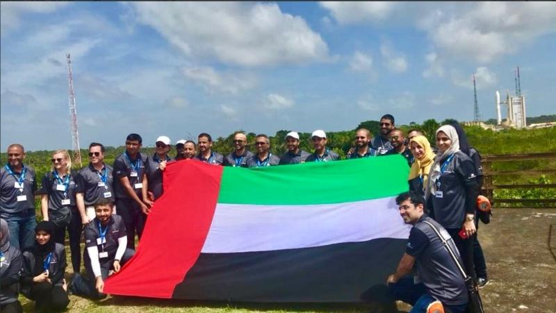 وفدنا الفضائي يحمل علم الإمارات في محطة الإطلاق | البيان