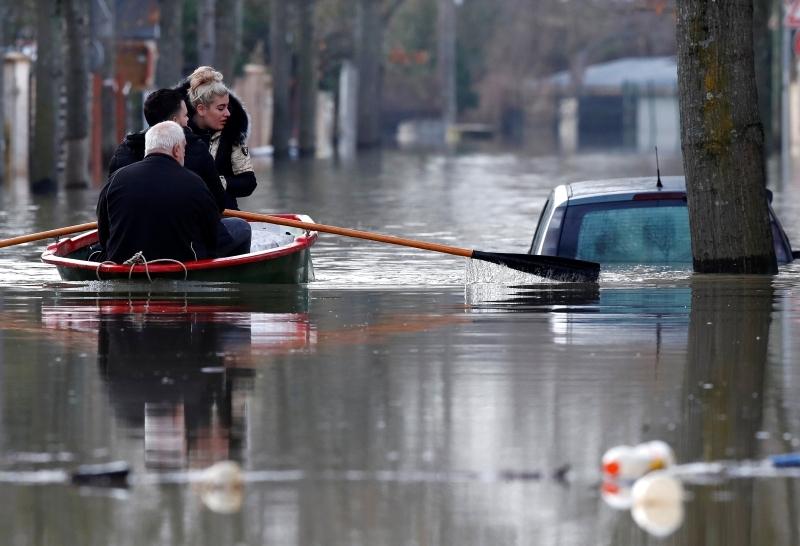 المياه غمرت بعض الشوارع   | رويترز
