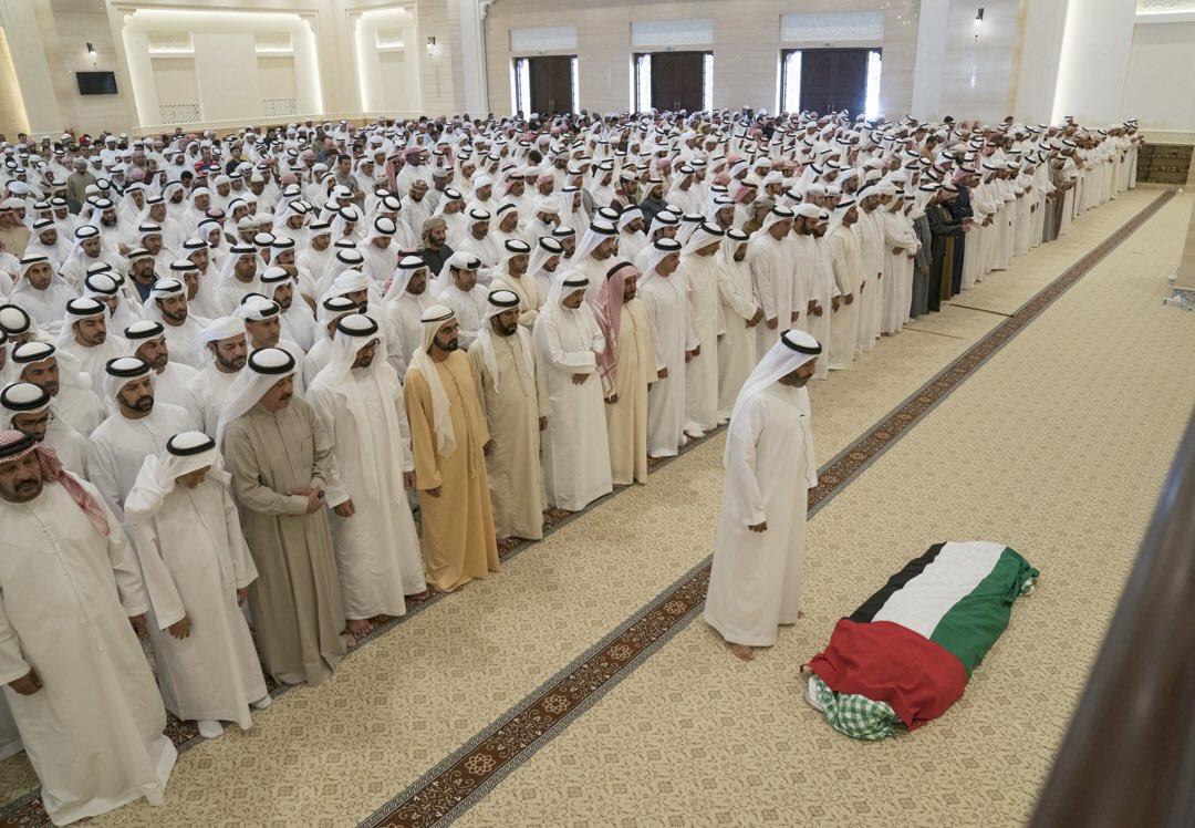 محمد بن راشد ومحمد بن زايد والشيوخ يؤدون صلاة الجنازة على جثمان الشيخة حصة بنت محمد