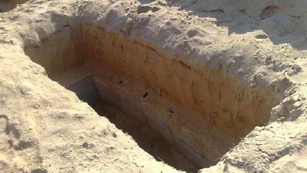 تلد طفلها داخل تابوتها بعد وفاتها بعشرة أيام
