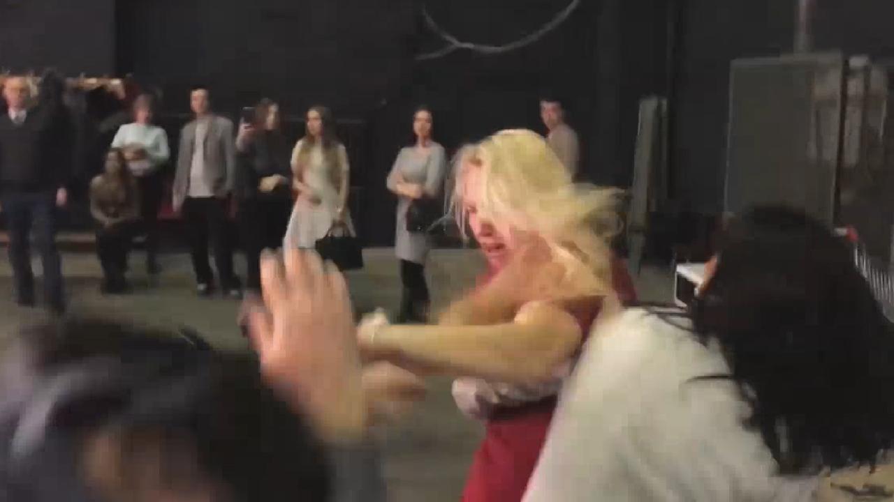 شاهد روسية تضرب زوجها بعنف في برنامج مباشر